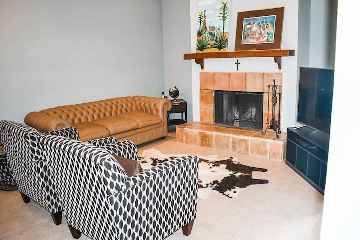 Entire Townhouse! minutes from Airport & Pearl