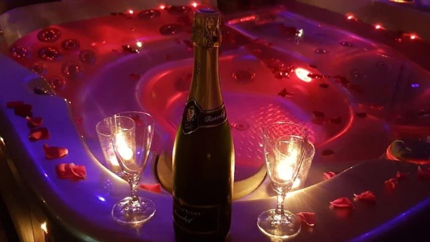 Nuit romantique jacuzzi /sauna/Champagne/rose/pdj
