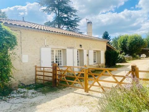 2 bedroom Gîte, near Saint-Émilion, vineyard View