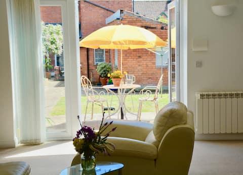 A bright spacious garden house in Glastonbury town