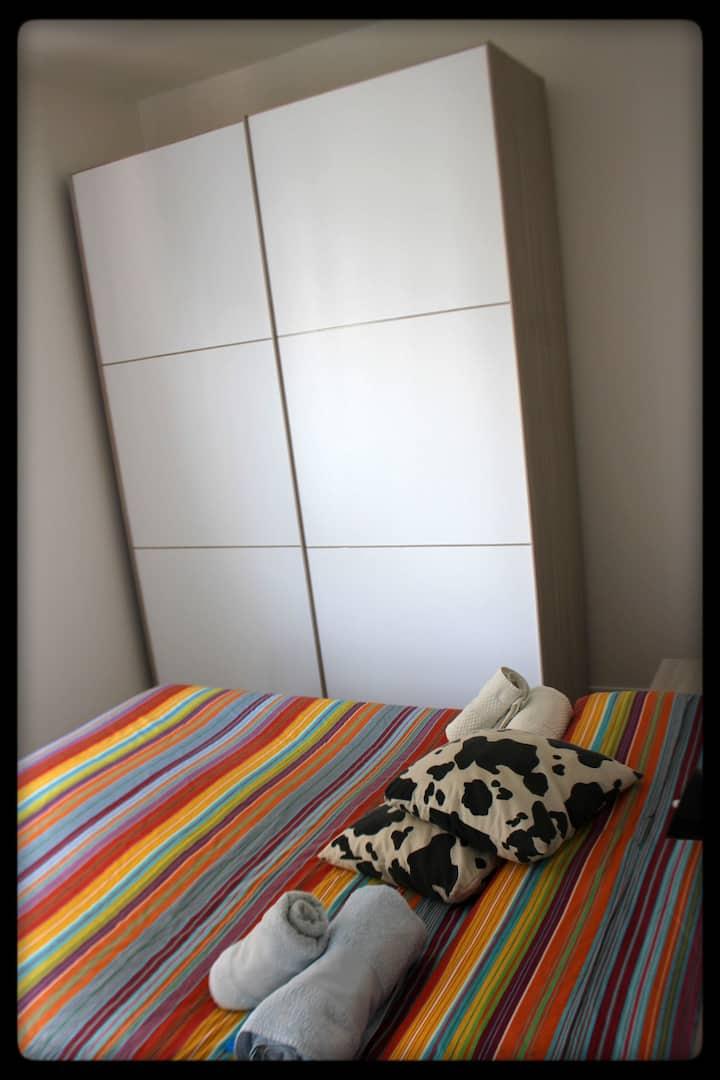 Camera doppia e bagno privato in casa moderna