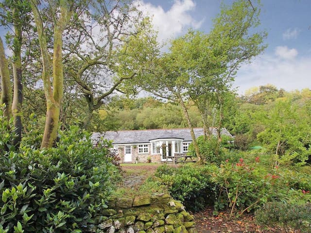 DAIRY COTTAGE, family friendly, with open fire in Bodmin, Ref 959910