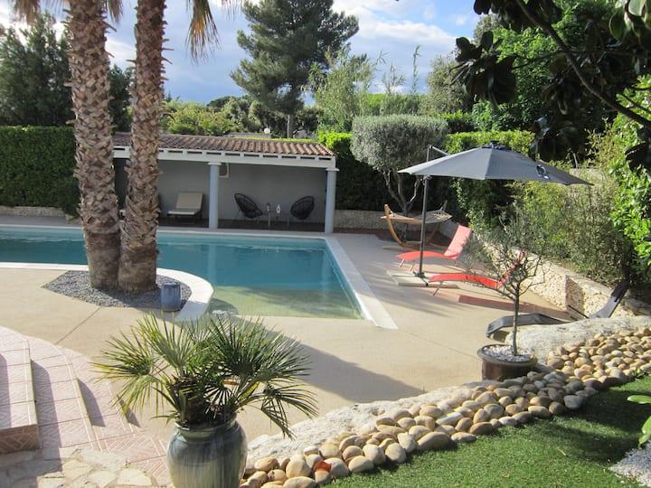 villa avec piscine et tout le confort 6 personnes.