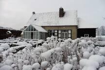 Het huis in een winters decor