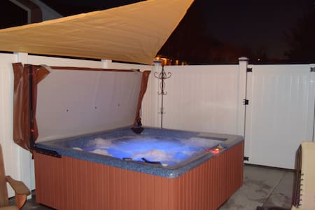 PLANNING A SKI VACATION, BOOK NOW! NEW HOT TUB Rm3 - Ogden - Bed & Breakfast