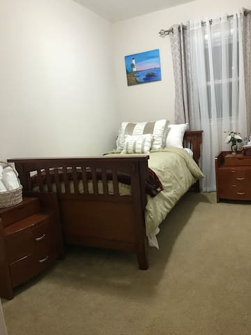 Cozy Room #2 in Brooklyn Home 15 Min from JFK