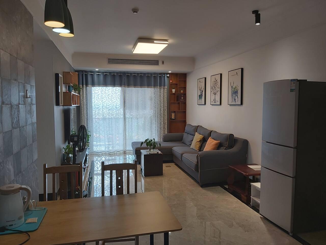 大厅有松下中央空调,55寸索尼电视,高级沙发。大阳台可以观景。