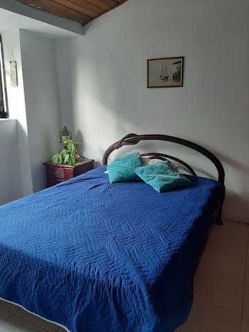 Habitación con balcón y baño privado