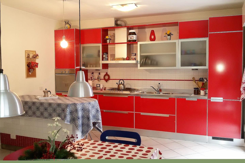 Cucina attrezzata, luminosa con penisola