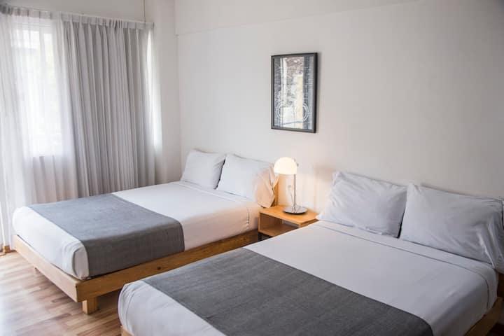 Hotel Doble con Baño Completo, A/C & Balcón