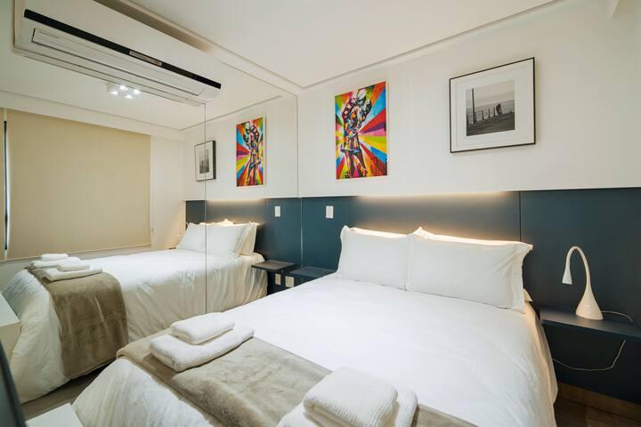 Destaque para parede de espelhos ao lado da cama, ar condicionado quente/frio. E a aconchegante decoração do apartamento.