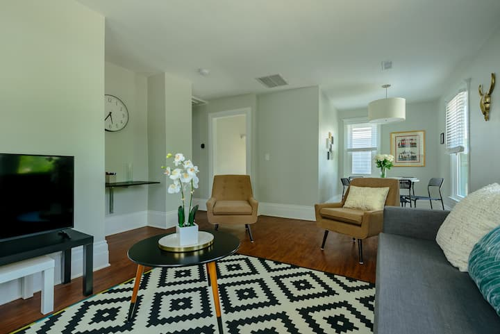 Bright and Airy 2Bd Flat+Parking|Min from Downtown