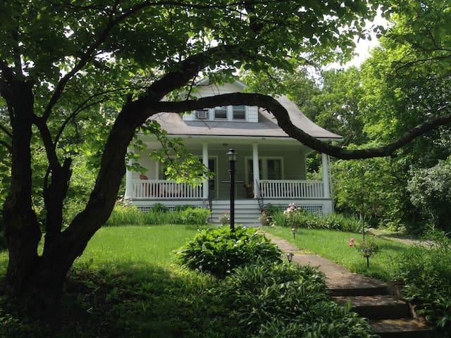 Cozy mid-century modern cottage - The Iris House