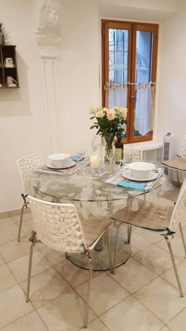cuisine équipée lave vaisselle, four, micro onde, lave linge sèche linge, cafetière, grille pain, bouilloire.....
