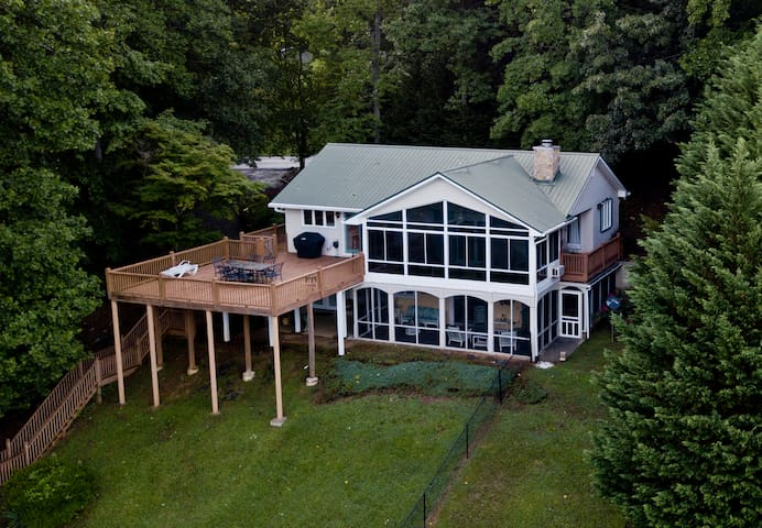 Lakeview Vista overlooking Lake Chatuge  4 bedrooms and hot tub/game room