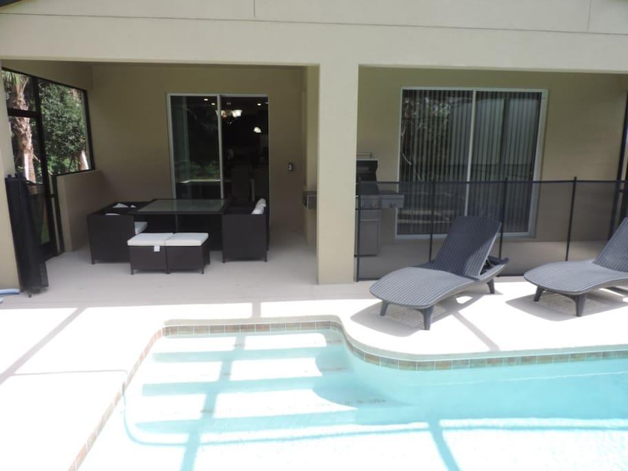 Área da piscina com churrasqueira