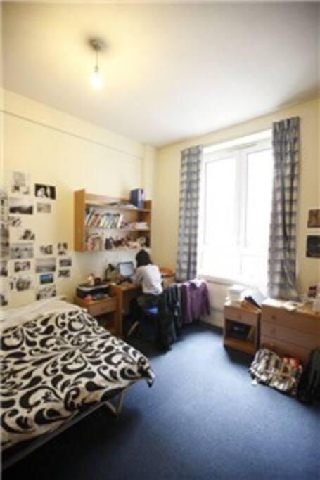 宽敞的房间(17平方),光线好,单人床