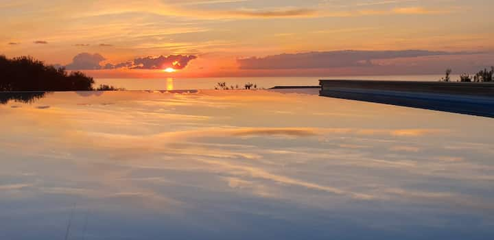 Villa jumelée piscine à débordement vue mer Sagone