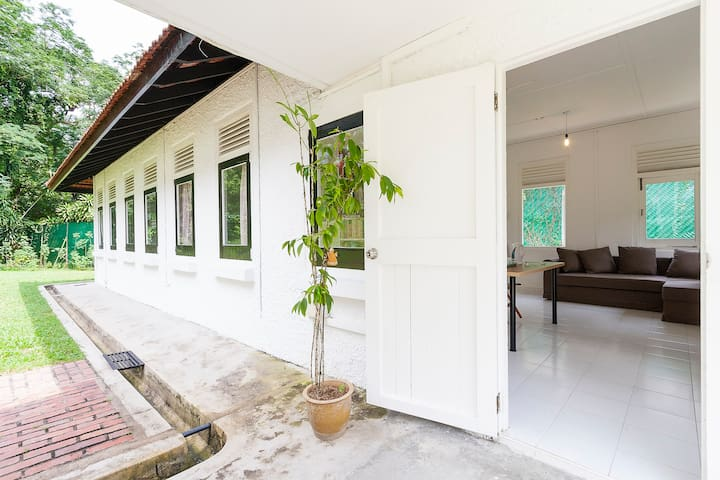 Greentree Cottage near Sembawang Beach - Singapura - Casa