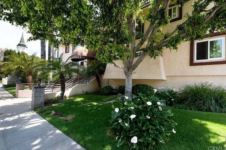1 Bdrm, 1.5 Bath cozy condo near Universal Studios