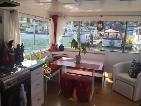 Super cute, cozy houseboat in great location!!!