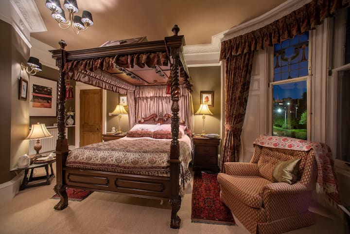 Four-poster bedroom with ensuite