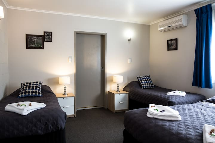 Tall Trees Motel Family Suite QLD - North Tamborine - Bed & Breakfast
