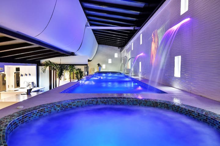 The Residence Lleras Park prvt glass pool&2jacuzzi