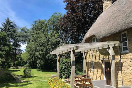 Stunning Shakespearean thatch in the Cotswold