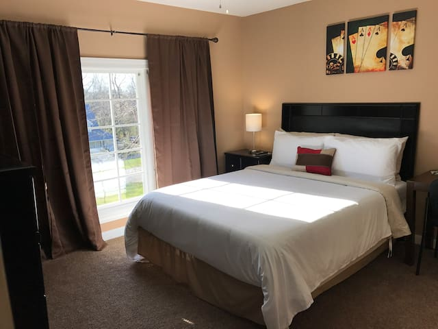 Hazel Hold'Em Room (Queen) | Breakfast & Amenities - Elizabethtown - Talo