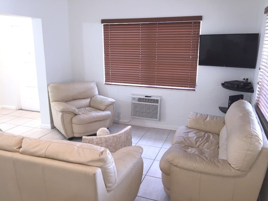 Living Room with TV & Great WiFi (75Mbps)