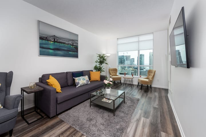 1BR+2BD Oasis W/City and Lake Views & FREE Parking