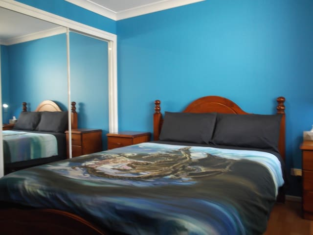 Blue Room Queen bed - Pelican Waters - 一軒家
