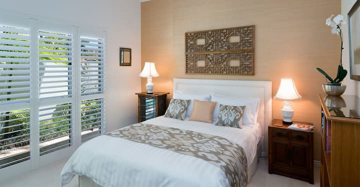 2 Elegant Rooms & Breakfast in Hope Island Resort