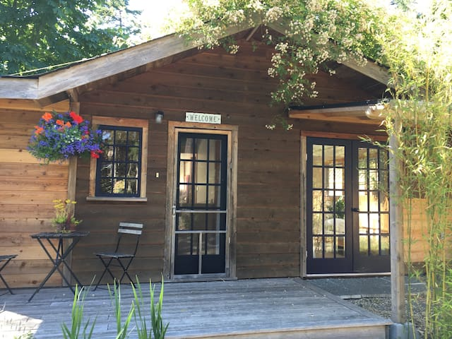 SouthEnd Gem - Quiet Country Cottage on SaltSpring
