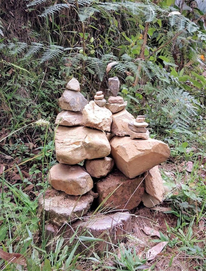 Apacheta al borde del camino de piedra
