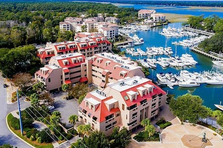 LOCATION !!! Harbourside Shops, Dining and Beach!