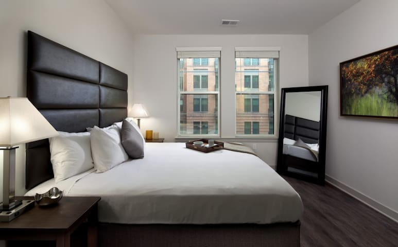 Luxurious Downtown Stay, One Block To Inner Harbor