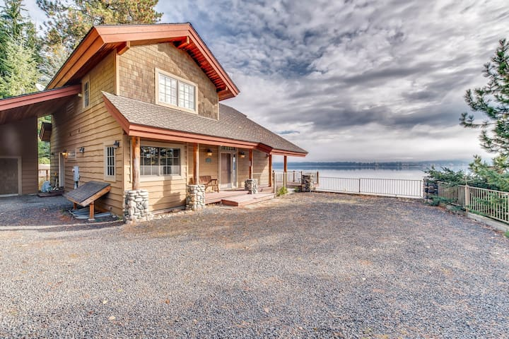 Lovely lakefront getaway w/ private dock & propane stove