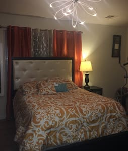 Master bedroom in a 3b 2b apt - Elizabeth