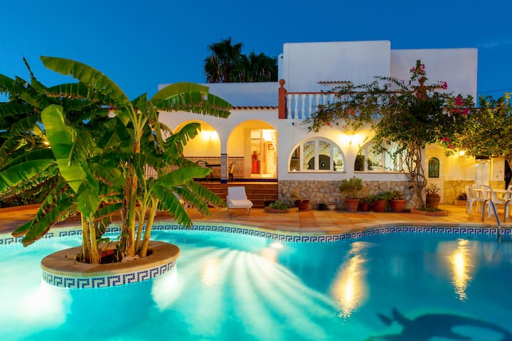 Villa Ramos in San Antonio Bay with BBQ and pool