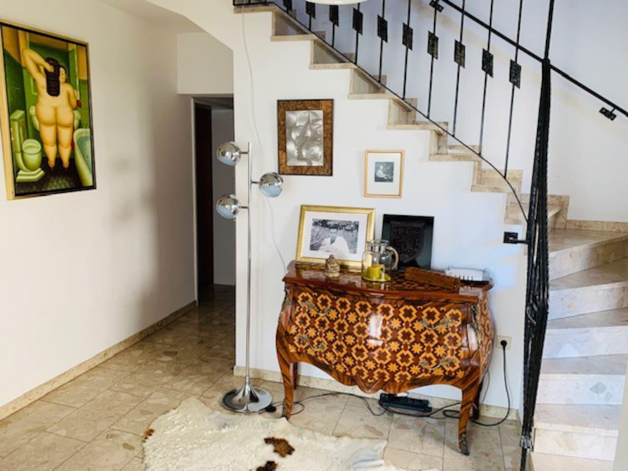 Hall d'entrée et escalier d'accès aux chambres