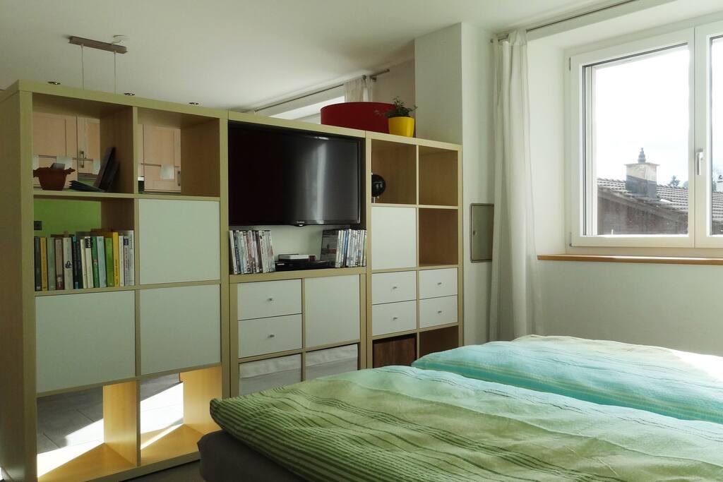 Schlafbereich mit Wohnwand TV