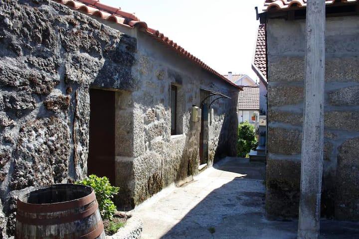 Maison de 4 chambres à Nogueira , avec terrasse aménagée et WiFi