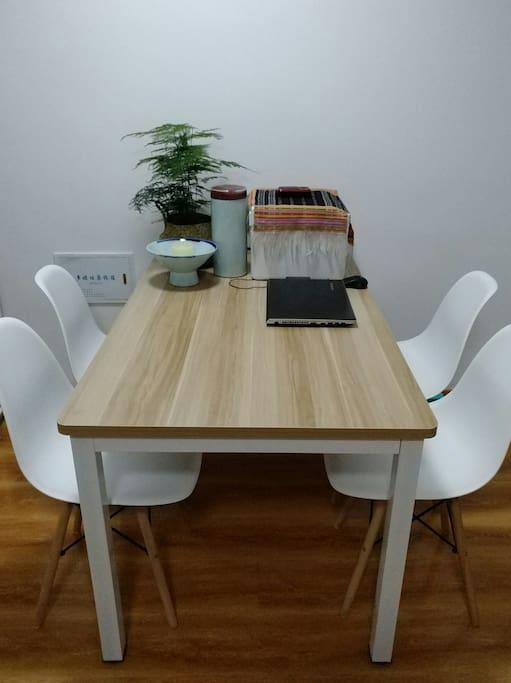 餐桌也可以办公和上网