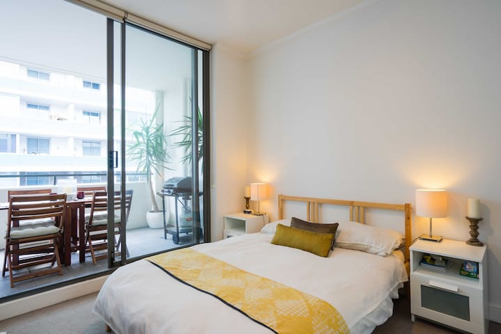 Bright private room in modern apartment Wolli Creek - Wolli Creek - Apartament