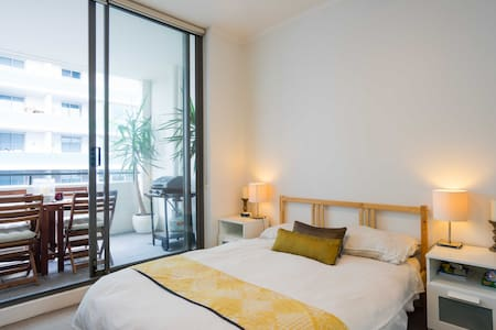 Bright private room in modern apartment Wolli Creek - 涡拉溪 - 公寓