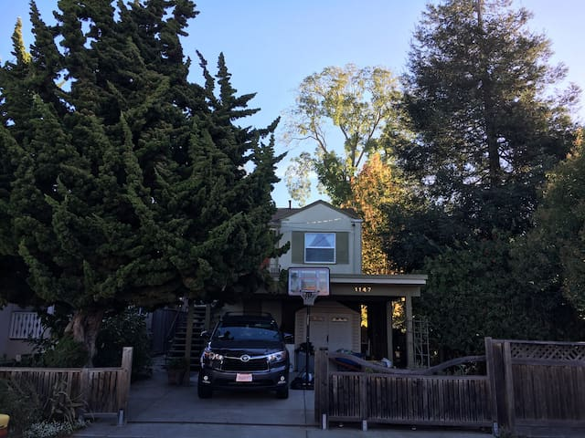 Sunny 2 Bedroom Creekside Home near UC Berkeley - Albany