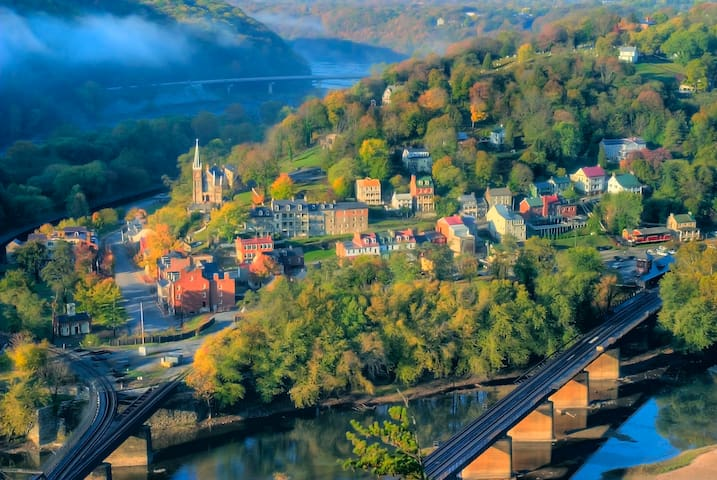 Harpers Ferry 10mins away Historical sites, and romantic views.