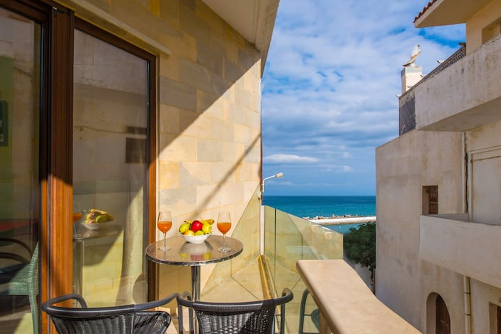 One bedroom apartment 20 metres from the beach!!!